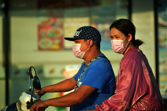 Trong ảnh: Người dân đeo khẩu trang phòng lây nhiễm COVID-19 tại Bangkok, Thái Lan, ngày 11/1/2021. Ảnh: THX/ TTXVN