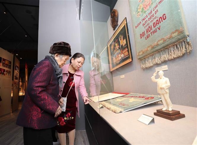 Hơn 200 tài liệu, hiện vật, hình ảnh tiêu biểu được trưng bày. Ảnh: Thanh Tùng - TTXVN
