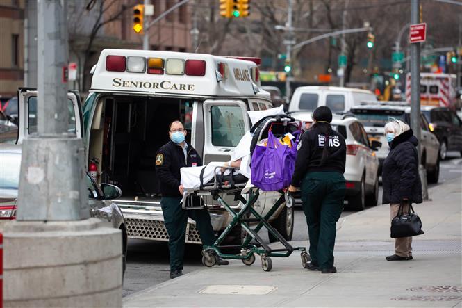 Nhân viên y tế chuyển bệnh nhân COVID-19 tới trung tâm y tế NYU Langone ở New York, Mỹ, ngày 8/1/2021. Ảnh: THX/ TTXVN