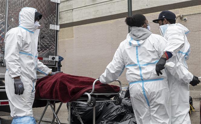 Nhân viên y tế chuyển thi thể bệnh nhân COVID-19 tại Brooklyn, New York, Mỹ. Ảnh: AFP/ TTXVN