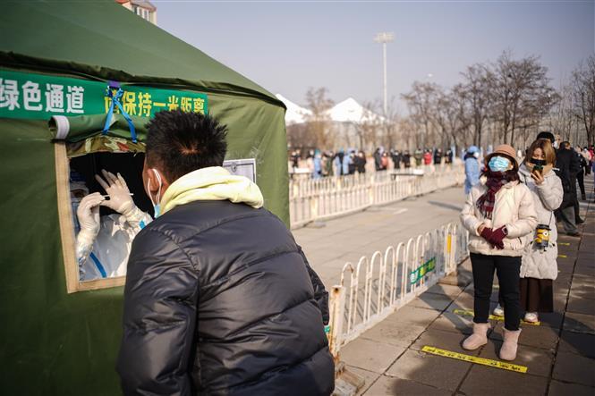 Trong ảnh: Nhân viên y tế lấy mẫu xét nghiệm COVID-19 cho người dân tại Bắc Kinh, Trung Quốc ngày 20/1/2021. Ảnh: THX/TTXVN