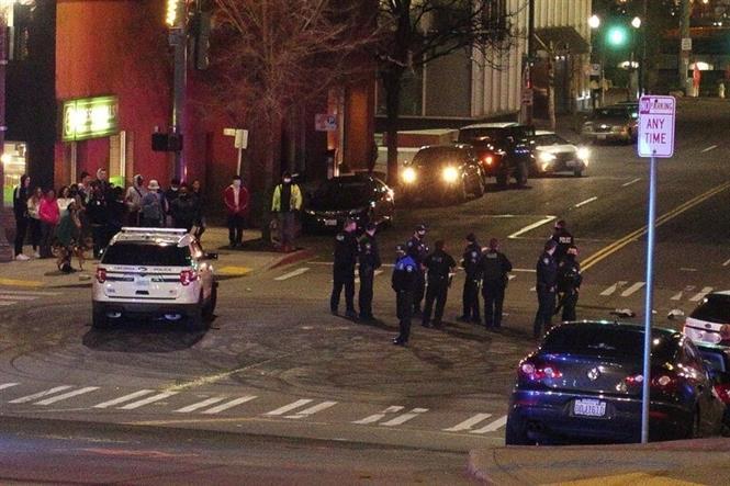 Trong ảnh: Lực lượng thực thi pháp luật được triển khai tại khu vực xảy ra vụ cảnh sát lao ô tô vào đám đông ở Washington, DC đêm 23/1/2021. Ảnh: AP/TTXVN