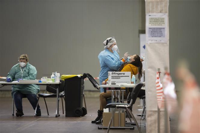 Trong ảnh: Nhân viên y tế lấy mẫu dịch xét nghiệm COVID-19 cho người dân tại Ljubljana, Slovenia, ngày 25/1/2021. Ảnh: THX/ TTXVN