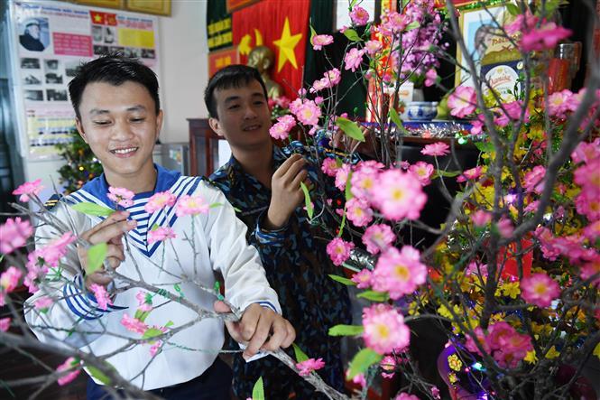Tromg ảnh: Các chiến sĩ nhà giàn DK1.10 trang trí Tết chào đón mùa xuân mới.Ảnh: Minh Đức - TTXVN