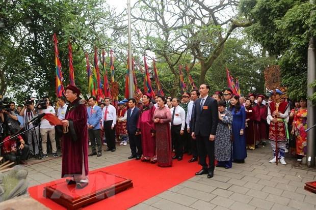 Dâng hương vào lễ giỗ Tổ hàng năm
