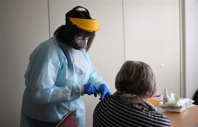 Nhân viên y tế tiêm vaccine phòng COVID-19 của Pfizer-BioNTech cho người dân tại Froendenberg, Đức, ngày 22/2/2021. Ảnh: AFP/ TTXVN