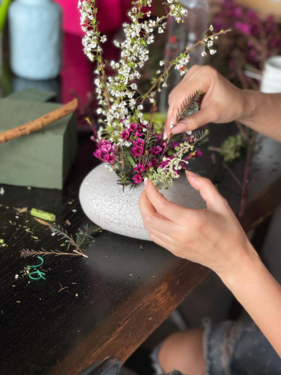 Ca sĩ Hồng Nhung tự tay cắm hoa cho ngày 8/3. Ảnh do con gái chụp