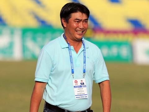 HLV Trần Minh Chiến vui mừng sau khi giúp đội nhà bất ngờ ngáng chân nhà ĐKVĐ V-League. Ảnh: VPF