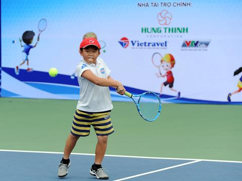 Tay vợt trẻ Cao Dương Phú của Bình Dương. Ảnh: TT