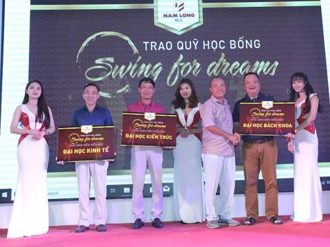 BTC trao tặng quà cho đại diện các Trường Đại học. Ảnh: TL