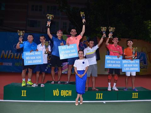 Các tay vợt đoạt thành tích cao nhận giải thưởng. Ảnh: TT
