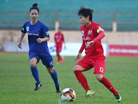 Hà Nội (đỏ) dễ dàng đánh bại TNG Thái Nguyên 5 bàn không gỡ. Ảnh: TSB
