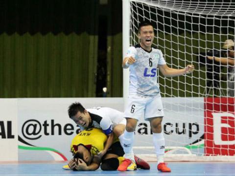 Thủ môn Hồ Văn Ý là người ghi bàn ấn định chiến thắng 3-2 cho Thái Sơn Nam trước CLB của Nhật Bản năm ngoái, năm nay Văn Ý cũng đã có 1 bàn vào lưới Naft Al Wasat ở vòng bảng. Ảnh: Độc Lập