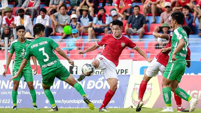 Hồng Lĩnh Hà Tĩnh (đỏ) được cho là CLB thứ 6 liên quan đến bầu Hiển ở V-League 2020. Ảnh: VPF