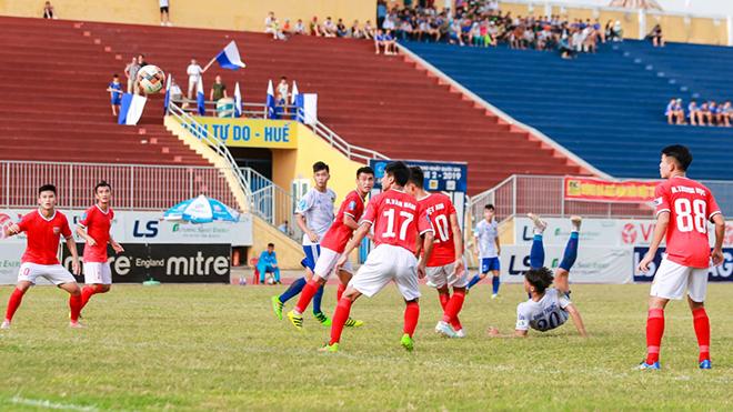 Tuyển thủ U23 Việt Nam Danh Trung ghi siêu phẩm vòng 19 khiến Hồng Lĩnh Hà Tĩnh thua đau trước Huế và chưa thể lên hạng sớm. Ảnh: VPF