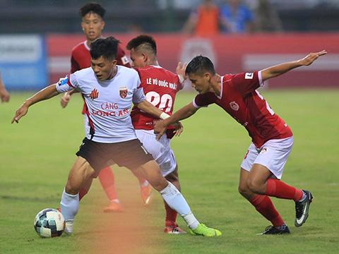Phố Hiến (đỏ) hết cửa cạnh tranh chức vô địch giải hạng Nhất năm nay với Hồng Lĩnh Hà Tĩnh với thất bại 0-2 trên sân Tây Ninh vòng 18. Ảnh: VPF