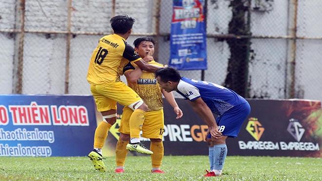Minh Nhật FC đã đánh bại Đạt Tín Minions (xanh) ở trận đấu bản lề cho chức vô địch. Ảnh: Phạm Tuấn