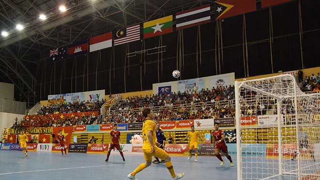 CĐV chật cứng trên khán đài Nhà thi đấu Phú Thọ sẽ lại tiếp sức cho đội tuyển Việt Nam để đánh bại Indonesia ở vòng 2 ngày 22/10