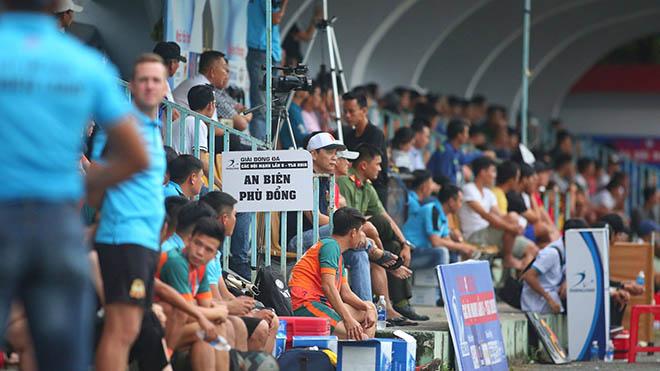 Hàng ngàn CĐV đã đến sân Đầm Sen (Công an TPHCM) để xem trận cầu đỉnh cao của giới phủi Sài thành chiều 10-11. Ảnh: Lê Đình