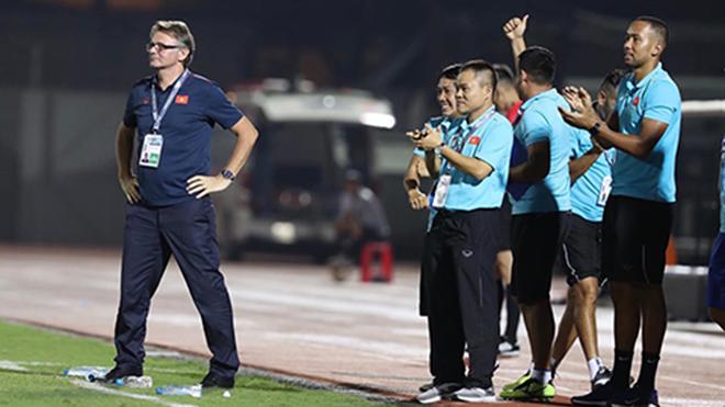 HLV Troussier vẫn lạc quan về cơ hội vào VCK U19 châu Á của các học trò. Ảnh: VFF