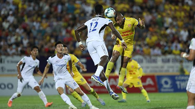 HAGL đổ lỗi trận thua Nam Định do sân xấu