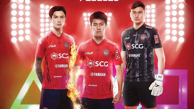 Văn Lâm đang phải chứng kiến những trụ cột quan trọng nhất CLB Muangthong United như Sarach Yooyne (giữa) ra đi. Ảnh: Muangthong United