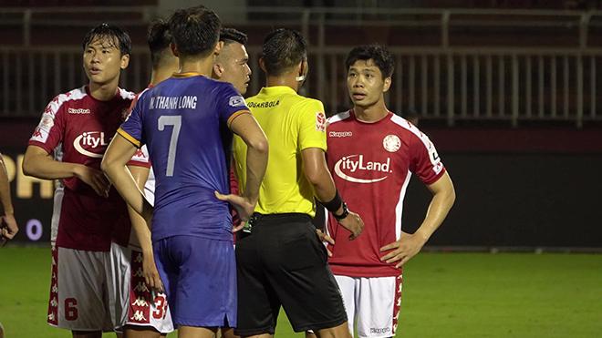 Công Phượng phân bua trọng tài Đình Thịnh và đây là lần đầu tiên Công Phượng cho thấy thái độ thiếu kiềm chế ở V-League. Ảnh: Anh Linh