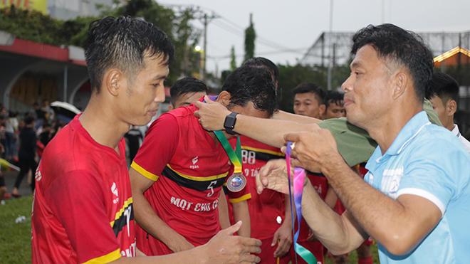Trưởng BTC giải Phạm Văn Trung trao HCĐ cho Quốc An Quốc Michel. Ảnh: TH
