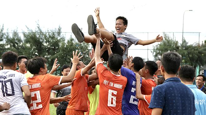 Bầu Thuận và các cầu thủ Đạt Tín Minions ăn mừng chức vô địch sau chiến thắng 4-1 đầy bất ngờ. Ảnh: TH