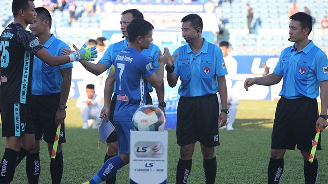Tổ trọng tài điều khiến trận Quảng Nam - SLNA bị đội khách phản ứng dữ dội. Ảnh: VPF