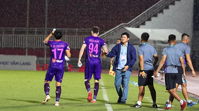 HLV Vũ Tiến Thành vẫn chưa dám mơ vô địch dù đội nhà đang rất thăng hoa. Ảnh: SGFC