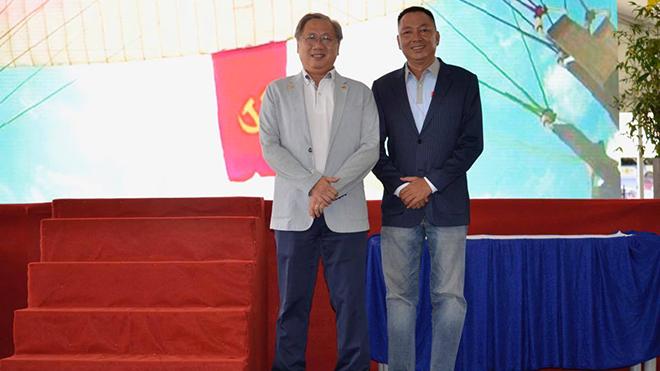 Chủ tịch Liên đoàn dù lượn thể thao TP.HCM Lương Hoàng Hà (phải) và Phó Giám đốc Sở Văn hoá, Thể thao TP.HCM Mai Bá Hùng. Ảnh: BM