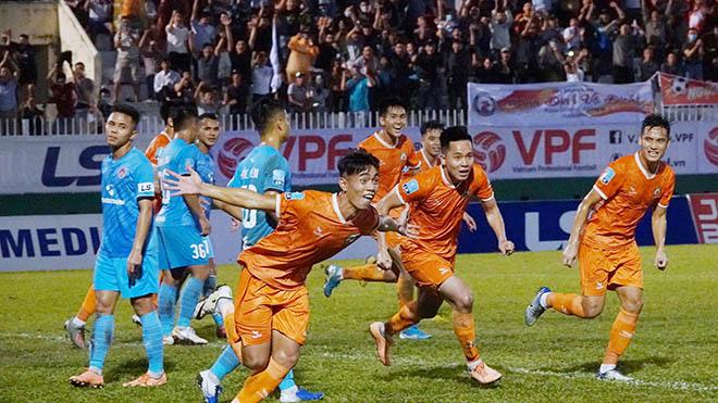 Viết Triều ghi bàn thắng vàng đưa Bình Định vô địch giải HNQG 2020. Ảnh: Anh Linh