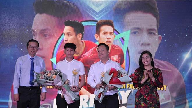 Hồng Duy nhận giải Nhì Fair Play 2020 cùng đại diện cầu thủ Đỗ Hùng Dũng của Hà Nội FC ở buổi lễ diễn ra sáng 20-1. Ảnh: HK