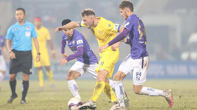 Tân binh Gramoz toả sáng rực rỡ với cú đúp bắn hạ Hà Nội FC ngay tại Thiên Trường ở vòng 1 V-League 2021. Ảnh: Hoàng Linh