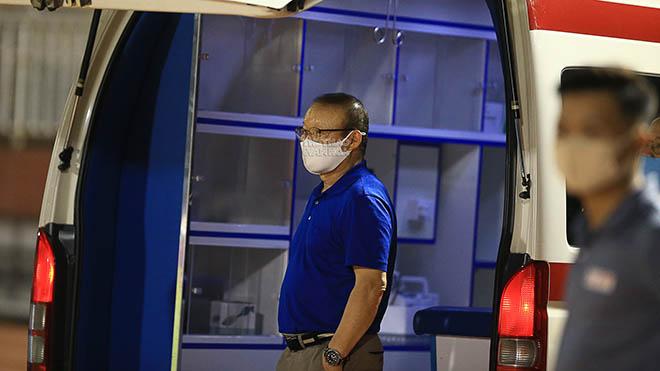 HLV Park Hang Seo ra cửa xe cứu thương chờ Hùng Dũng tối 23/3. Ảnh: Khôi Nguyên