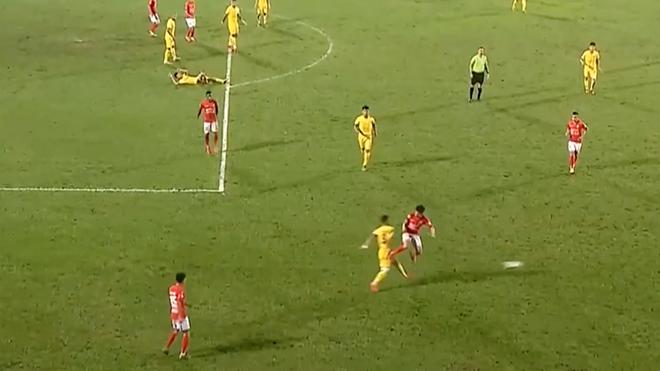 Lee Nguyễn bất lực nhận thẻ đỏ, TPHCM bại trận