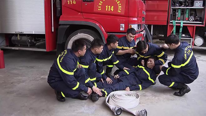Phim 'Lửa ấm': Bệnh nhân của Thủy ngưng tim, nhân viên của Minh ngất xỉu vì nhiễm độc