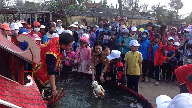 '12 con giáp': Hoa hậu Đỗ Hà trải nghiệm múa rối nước cùng nghệ sĩ Phan Thanh Liêm