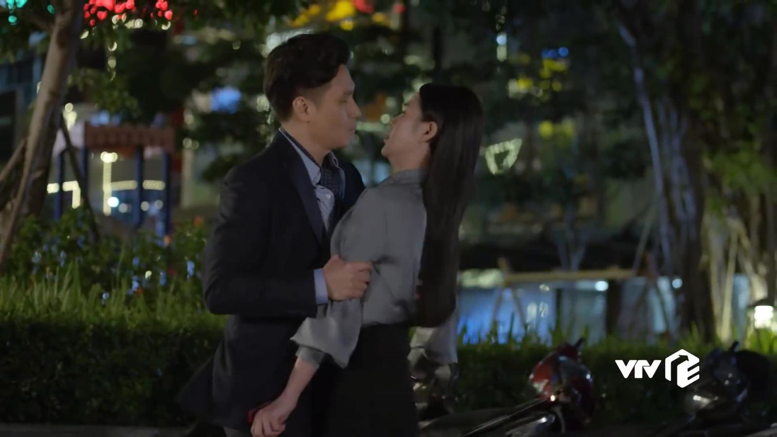 VIDEO 'Hướng dương ngược nắng': Hoàng liều hôn Minh, Kiên lại khiến Châu thất vọng