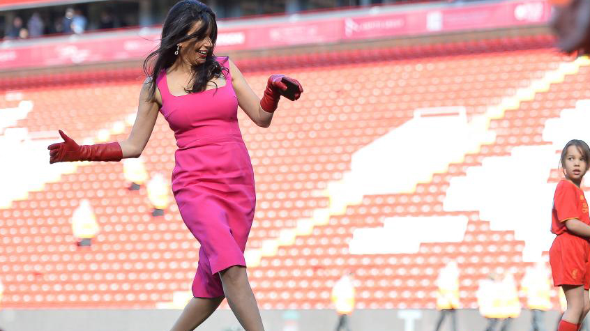 Phu nhân chủ sở hữu Liverpool diện váy gợi cảm, đá bóng bằng giày cao gót