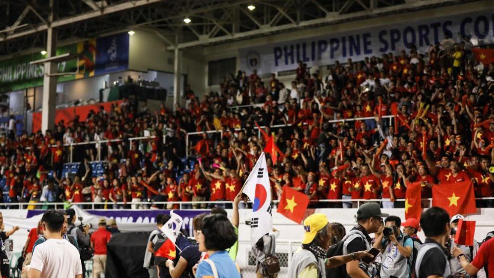 Người Philippines choáng vì CĐV Việt Nam nhuộm đỏ sân Rizal: 'Chúng ta cũng nên đi cổ vũ đông như họ'