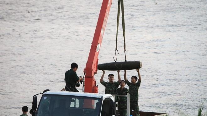 Trục vớt an toàn quả bom nằm dưới sông Hồng, Hà Nội