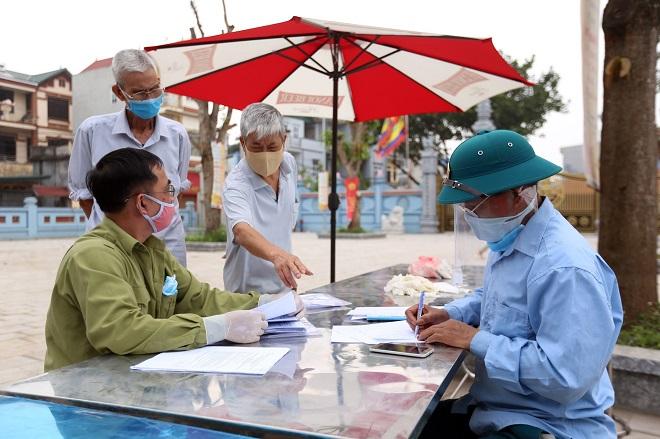 Dịch COVID-19, Những chiến sĩ áo trắng, tại điểm cách ly thôn Hạ Lôi, bệnh nhân 243, Hà Nội, COVID-19