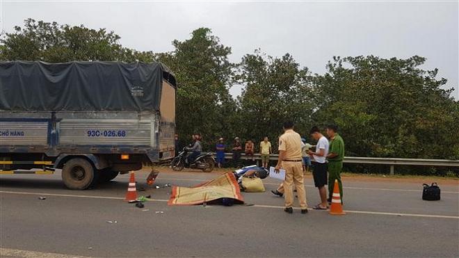 Bình Phước: Xe máy tông đuôi xe tải, một người chết, một người bị thương