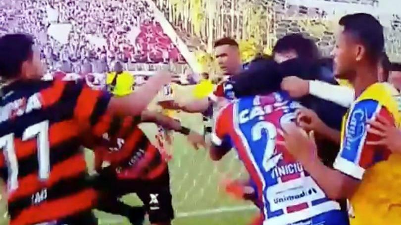 SỐC ở Brazil: Trọng tài rút 9 thẻ đỏ, trận đấu bị hủy bỏ vì không đủ người
