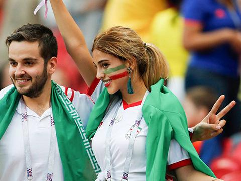 Bỏ khăn trùm đầu, nữ CĐV Iran khiến khán giả sửng sốt trước vẻ đẹp rạng ngời