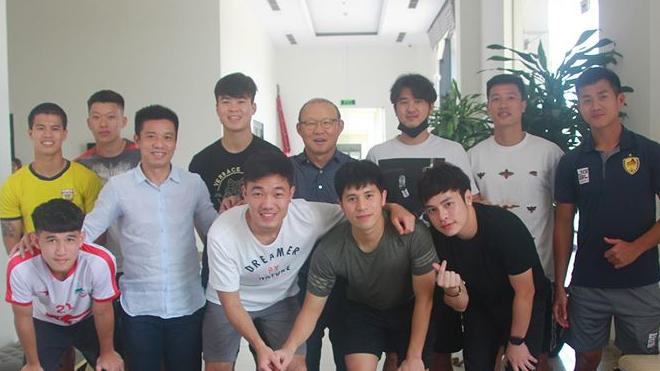 Bóng đá Việt Nam hôm nay: HLV Park Hang Seo thăm Duy Mạnh, dự sinh nhật Xuân Trường