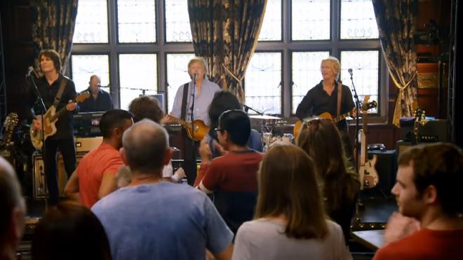 VIDEO: Rơi nước mắt nghe Paul McCartney biểu diễn tại một hộp đêm nhỏ ở quê nhà