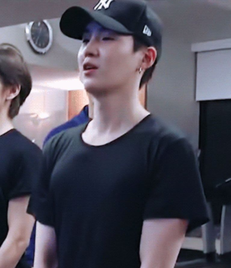 BTS, Suga và V BTS, Suga và V BTS trong phòng gym khiến dân tình toát mồ hôi hột, sức mạnh của Suga, thân hình săn chắc của V, V khi không trang điểm